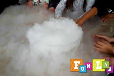 suchy lód urodzinki naukowca chemika z eksperymentami